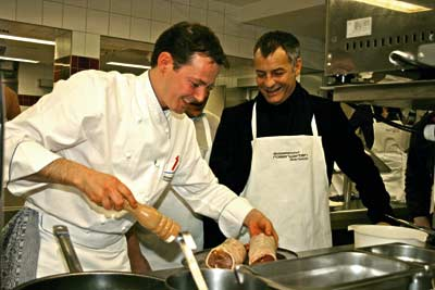 zwei Köche bereiten eine fleischige Mahlzeit vor