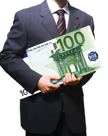ein Herr im Anzug mit einem riesigen 100 Euro schein in seinen Armen
