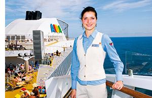 eine Dame an Deck des Kreuzfahrtschiffes AIDA