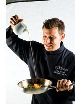 ein Koch beim Öl eingiessen