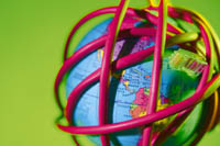ein Globus von bunten Gummibändern umhüllt