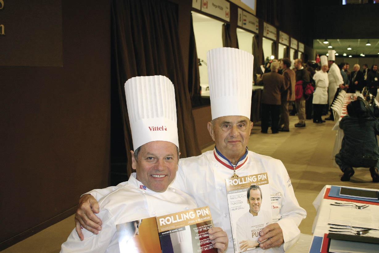 Paul Bocuse und Wolfgang Puck mit einem Rolling Pin in der Hand