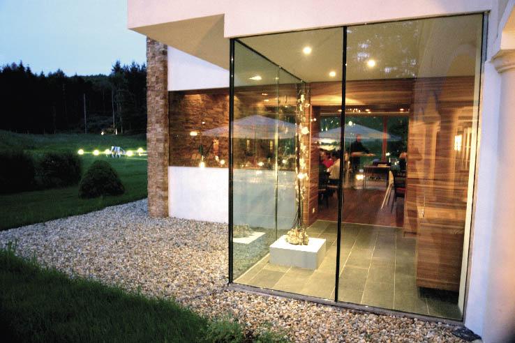 Kunst im Garten, Holz, Stein und Glas Bauwerk