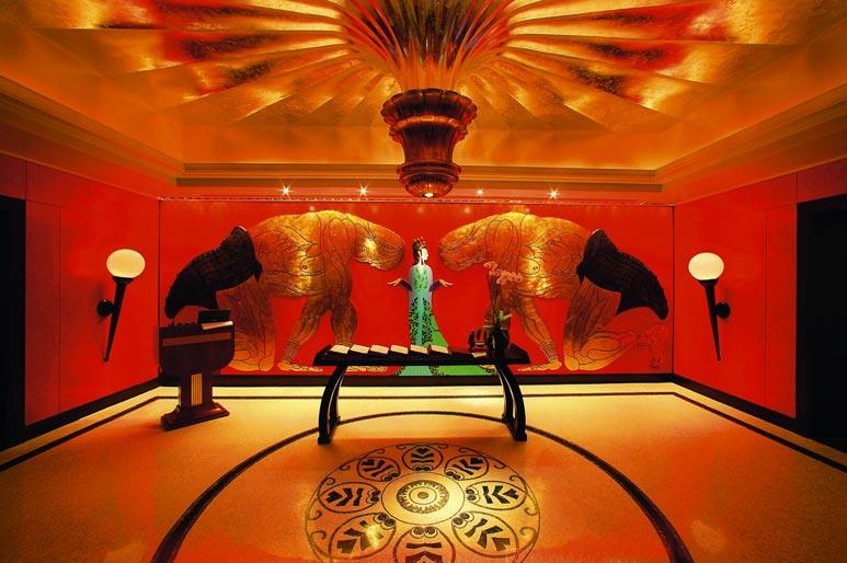 Chinesische Atmosphäre im Entree des Restaurants, diverse Tierfiguren und eine Geisha an der Wand