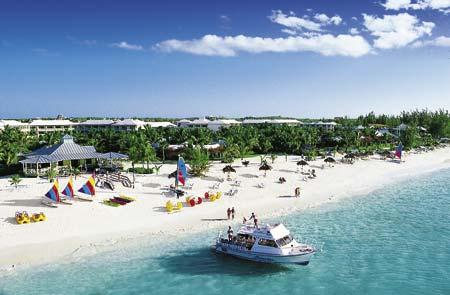 Sandstrand mit Sonnenschirmen und einem Motorboot