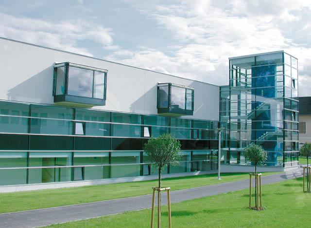 Futuristisches Bauwerk hauptsächlich aus Glas bestehend