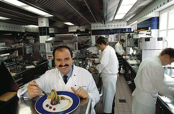 johann lafer in der küche bei der kreation eines genusserlebnisses