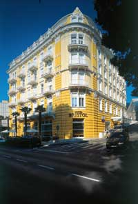 ein gelbes im Kolnialstil erbautes Hotel