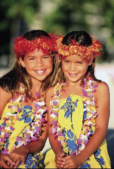 lachende Mädchen mit Blumenkleidern, blumenketten und blumenkränzen