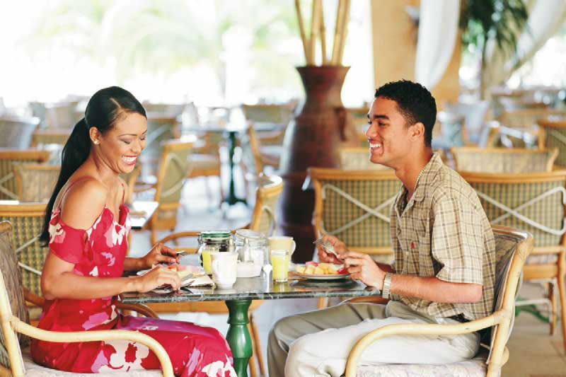 ein lachendes paar während eines rendezvous in einem restaurant