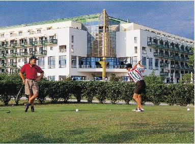 Mann und Frau spielen Golf auf der Anlage des Steigenberger resorts