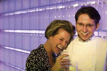 Heinz Reitbauer jun. und Gattin, beide lächelnd mit Milchbärtchen