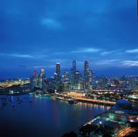 die Skyline und die Marina Bay von Singapur bei Nacht