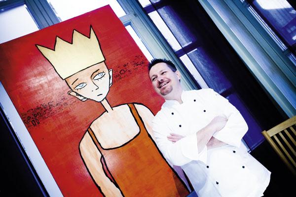 Alexander Tschebul vor einem Gemälde
