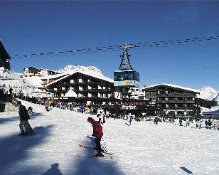 Lucian Burghotel im verschneiten Lech am Arlberg