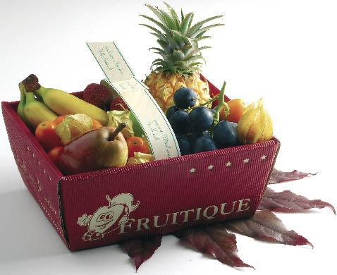 ein Obstkorb mit Bananen, Weintrauben, Ananas, Birnen und anderen Früchten