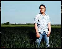 Jamie Oliver steht in Kniehohem Gras