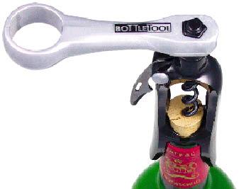 Ein Flaschenöffner der im Korken der Weinflasche steckt