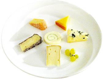 sechs verschiedene Käsesorten auf einem Teller