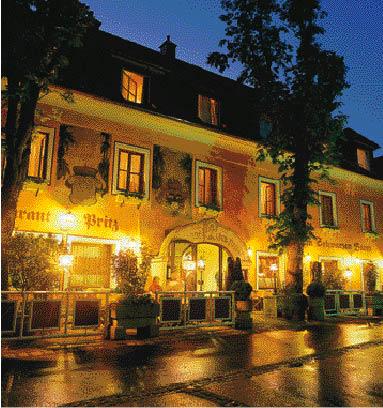 ein hotel bei nacht verzaubert vom licht der laternen