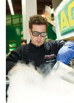 ein Mann mit Schutzbrille und Handschuhen werkelt in der Molekularkueche