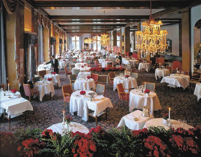 Le Restaurant, ein großer lichtdurchfluteter Raum mit einem klassisch-elegantem Ambiente und exklusivem Service am Tisch