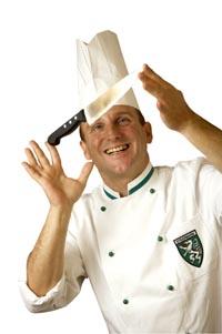 Raimund Pammer hält ein Messer in der Hand und drückt mit dem Finger gegen die Klinge