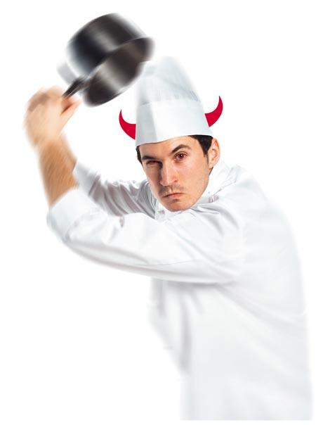 Ein Koch im weißen Gewand mit roten Augen und Teufelshörnern holt mit seinem Kochtopf zu einem Schlag aus