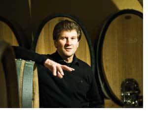 Walter Skoff mit Weinfässern