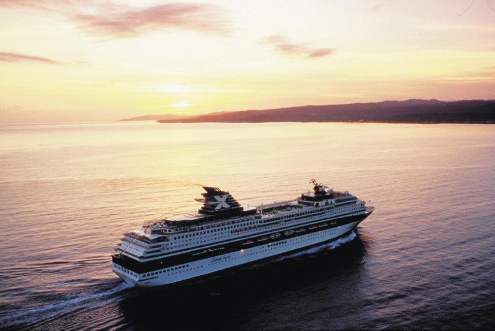 passagierschiff bei sonnenuntergang