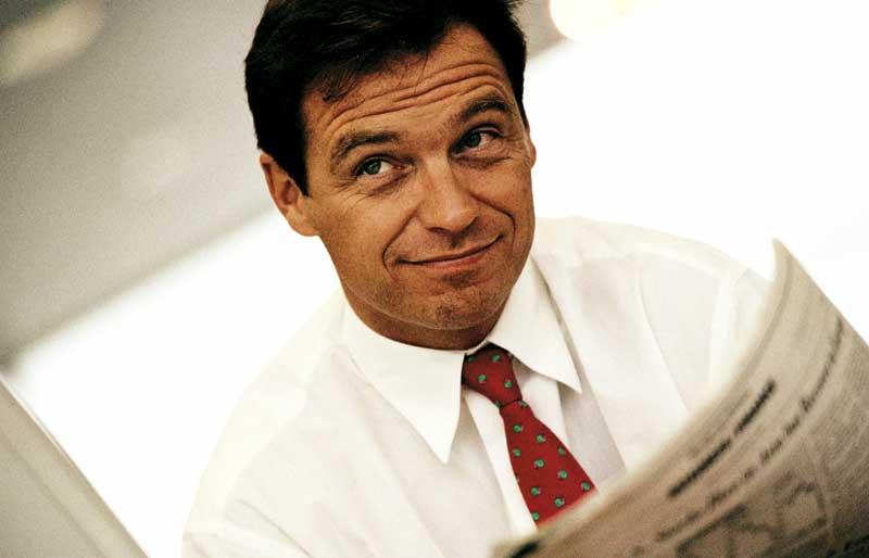 Mann liest zeitung im hemd und krawatte