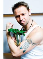 Stephan Niese mit Spinat in der Hand und Tattoo am Oberarm