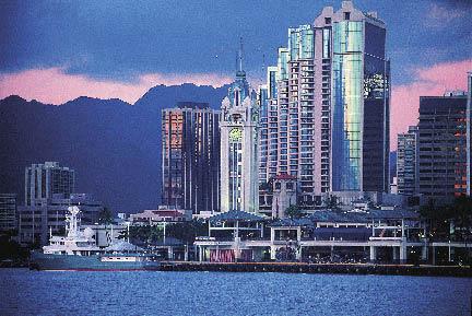 die Skyline auf Hawaii in der Dämmerung