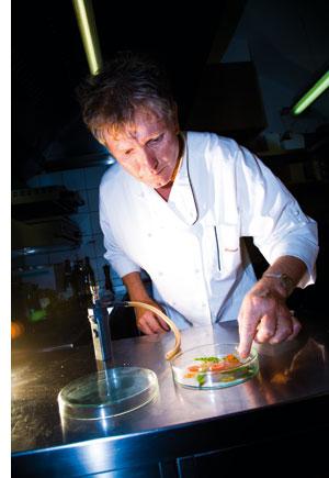 Stephan Vadnjal bereitet seine fischspezialitaeten vor