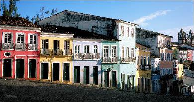eine Straße in Brasilien mit bunten Hausmauern und langen eingangstüren