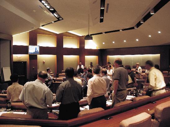 eine Diskussionsrunde in einem Konferenzraum