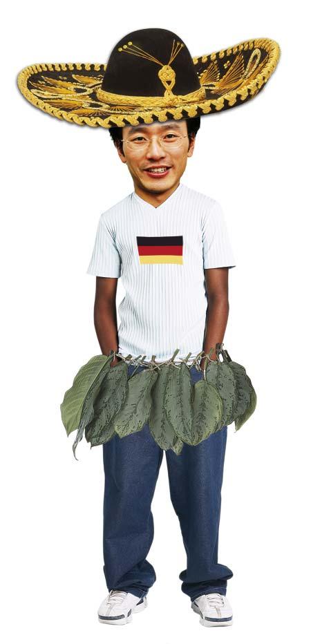 ein Asiate mit einem Bambusröckchen, die deutsche flagge auf sein Tshirt gedruckt und einem Sombrero