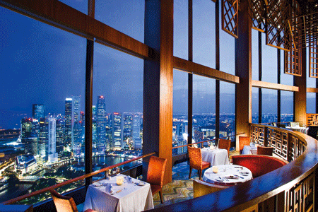 ein Restaurant mit dem Blick über die Skyline Singapurs