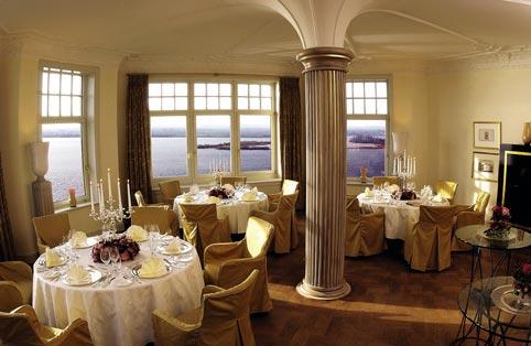 Das Bistro von Herr Hauser mit griechischen Säulen, Panoramafenstern und einem Blick aufs offene Meer