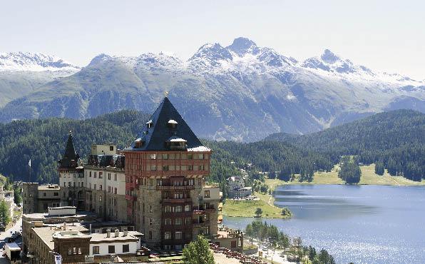 das legendäre Badrutts Palace Hotel in St. Moritz mit einem wundervollen Blick über den St. Moritzer See
