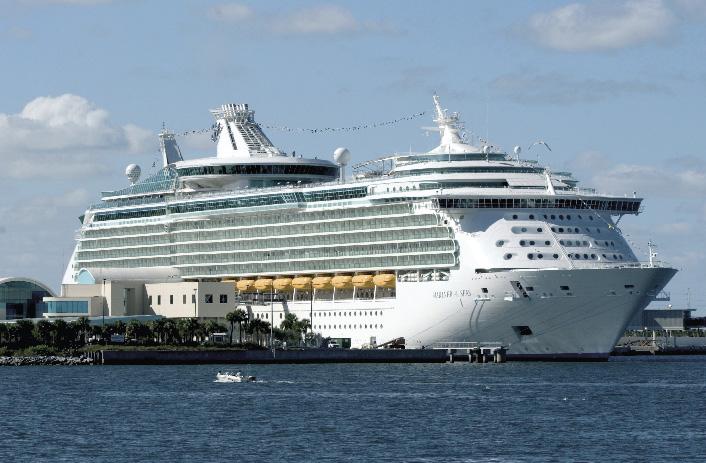 Ein Kreuzfahrtschiff im Hafen
