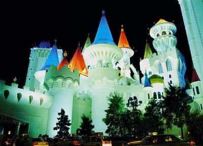 Das Excalibur Hotel in Las Vegas, ein Schloss mit bunten Dachspitzen