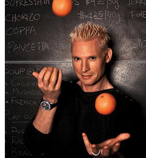 Emmanuel Stroobant mit orangen jonglierend