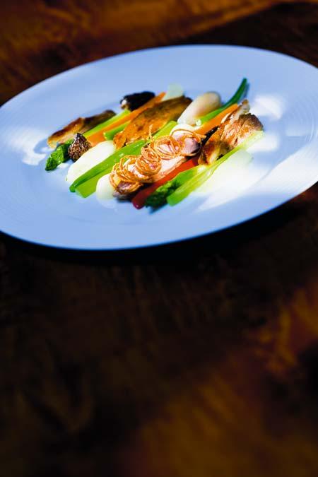 Taube in Meersalz gegart mit schwarzen Nyon-Oliven und Spitzmorcheln