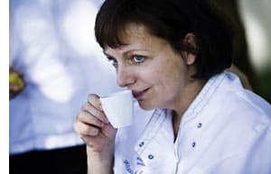 eine Frau geniesst ihren Espresso