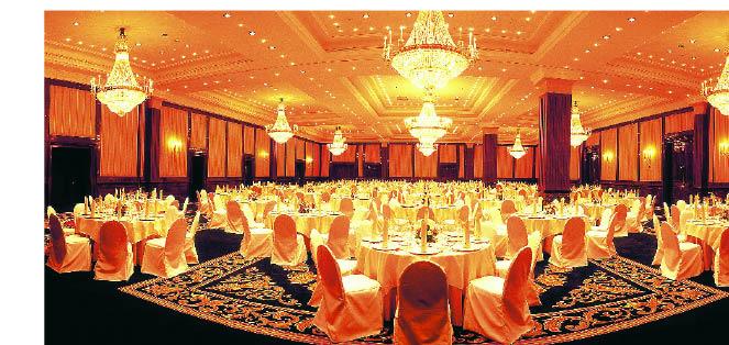 der Veranstaltungsraum eines Hotels mit vielen Kronleutern und gedeckten Tischen