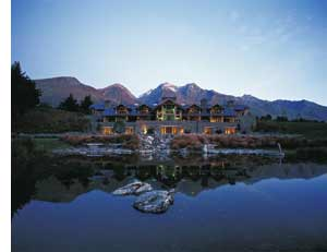 ein romantische Villa am See im Hintergrund eine Berglandschaft