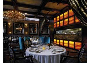 romantisches Restaurant, dunkle Hintergrundbeleuchtung, schimmernde Kronleuchter, Stühle aus blauem Samt