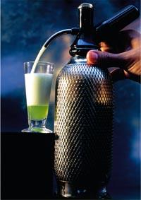 Schaumcocktail wird in ein Glas gefüllt