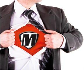ein Herr im Anzug, darunter ein Tshirt mit dem Buchstaben M